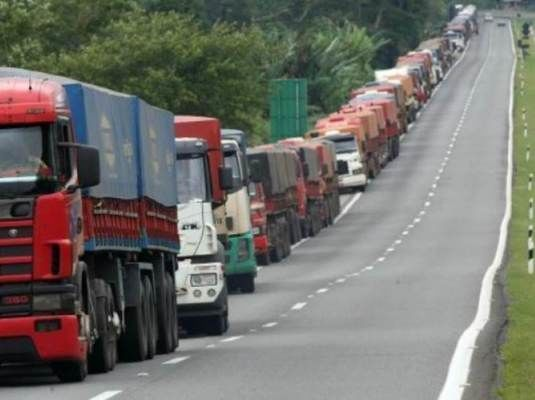 Resultado de imagem para caminhoes greve